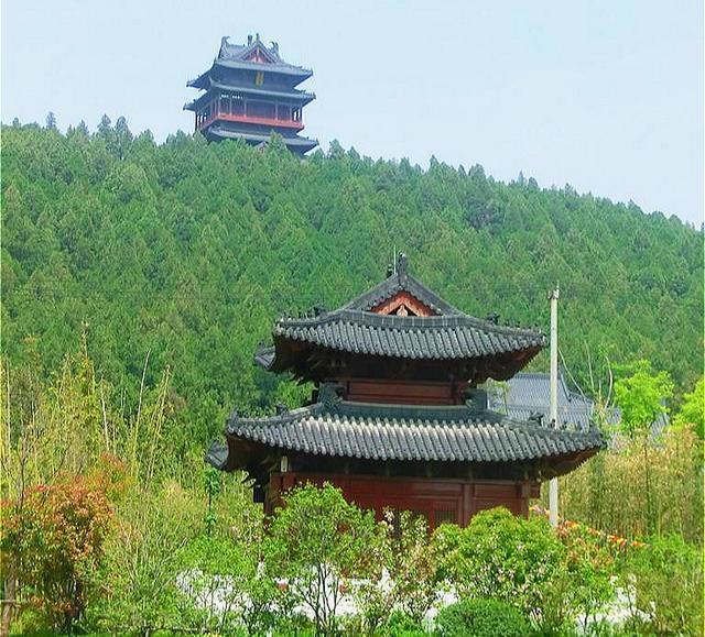 大山藏有千年大墓,专家花几十万寻找无果,却被老农一句话找到