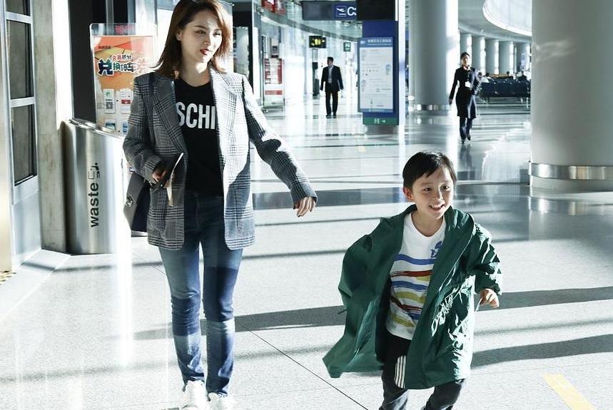 邓莎带儿子走机场,6岁大麟子彩色条纹衫搭绿风衣比妈妈还潮范