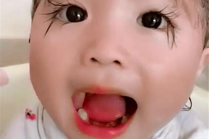 3岁女孩眼睫毛长出新高度,被网友质疑是假的,看到妈妈后不淡定