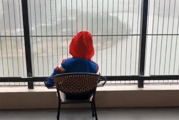 妈妈发现宝宝坐窗前一动不动,凑过去一看,这画面让宝妈无法淡定