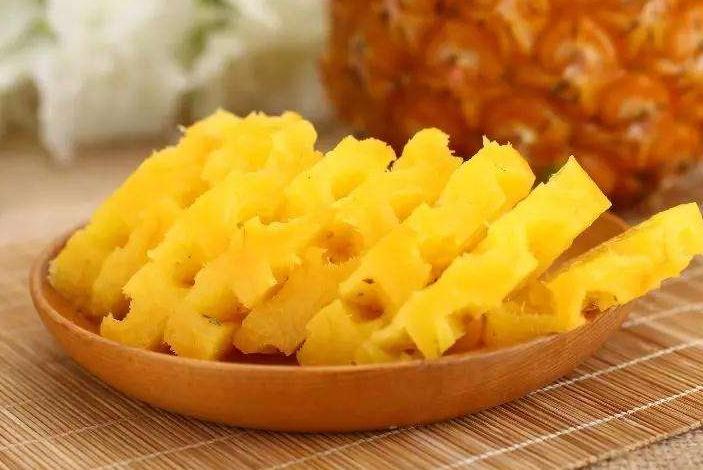 """吃菠萝时别只知道去皮了,学会这个""""小妙招"""",简单方便还不浪费"""