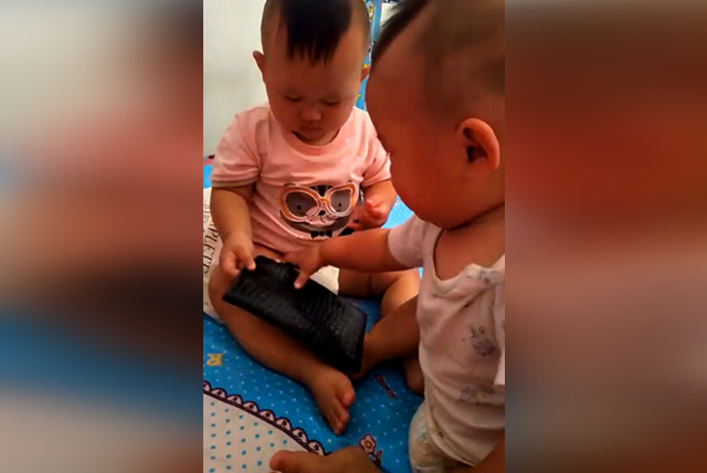 双胞胎在争抢爸爸的钱包,没想到竟打起了架,网友:心疼弟弟