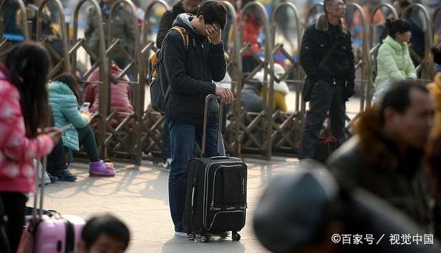 春运高峰期来临,旅客车站前排队百米购票,有人买不到车票而哭泣