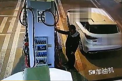 凌晨杭州加油站一带血女子,从车中跳下,抓住加油站长:叔叔救我