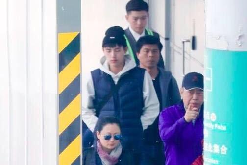 陈凯歌一家三口罕见同框,陈红穿着朴素陈宇飞眼神亮了