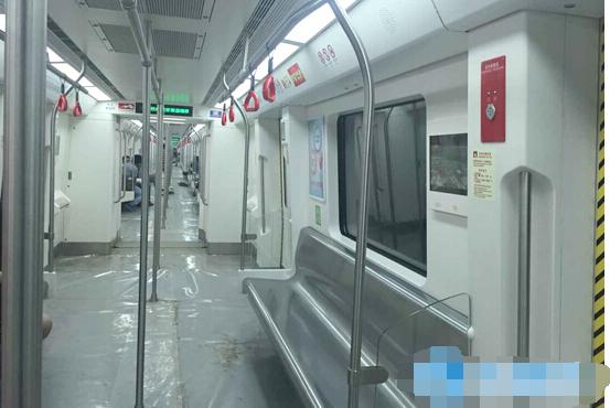 武汉地铁内:女孩和大妈的一碗汤争座位,双方发生撕打