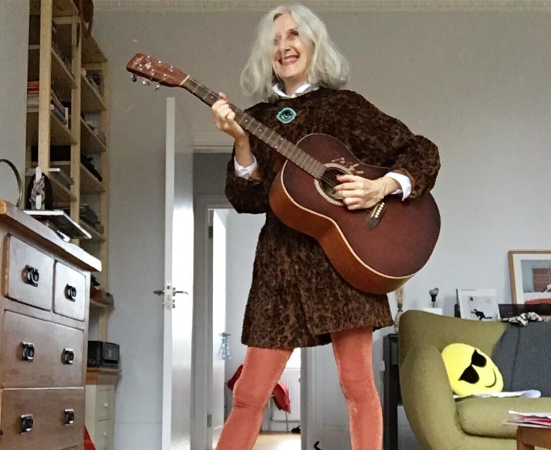 61岁时髦老奶奶比年轻人还会玩?她靠?#39654;?#20248;雅穿搭一夜走红