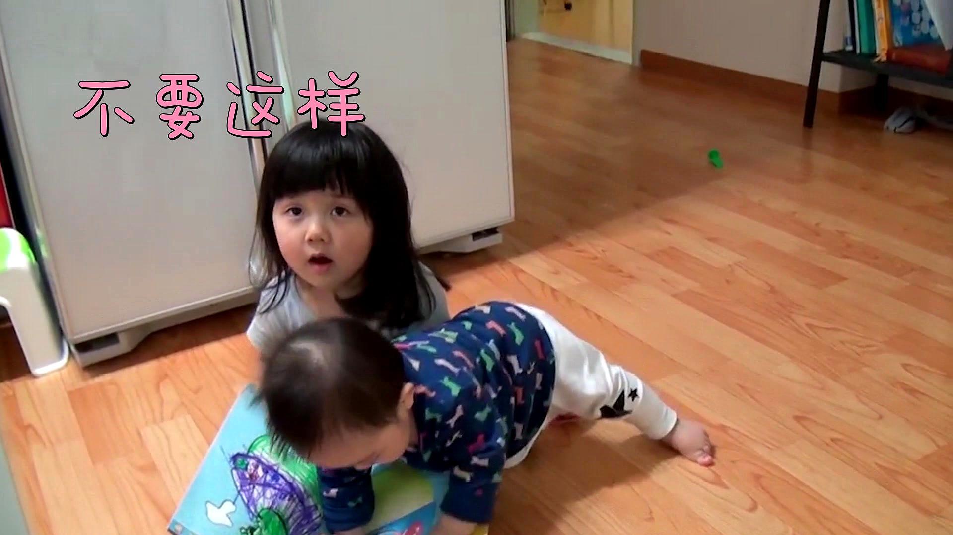 姐姐在看漫画,二宝却一直缠着姐姐,接下来的画面,二宝太萌了