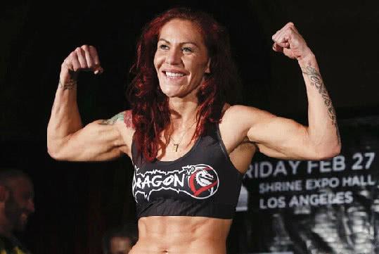 来看看世界上最能打的两位女人,都是UFC冠军!网友:谁还敢娶?
