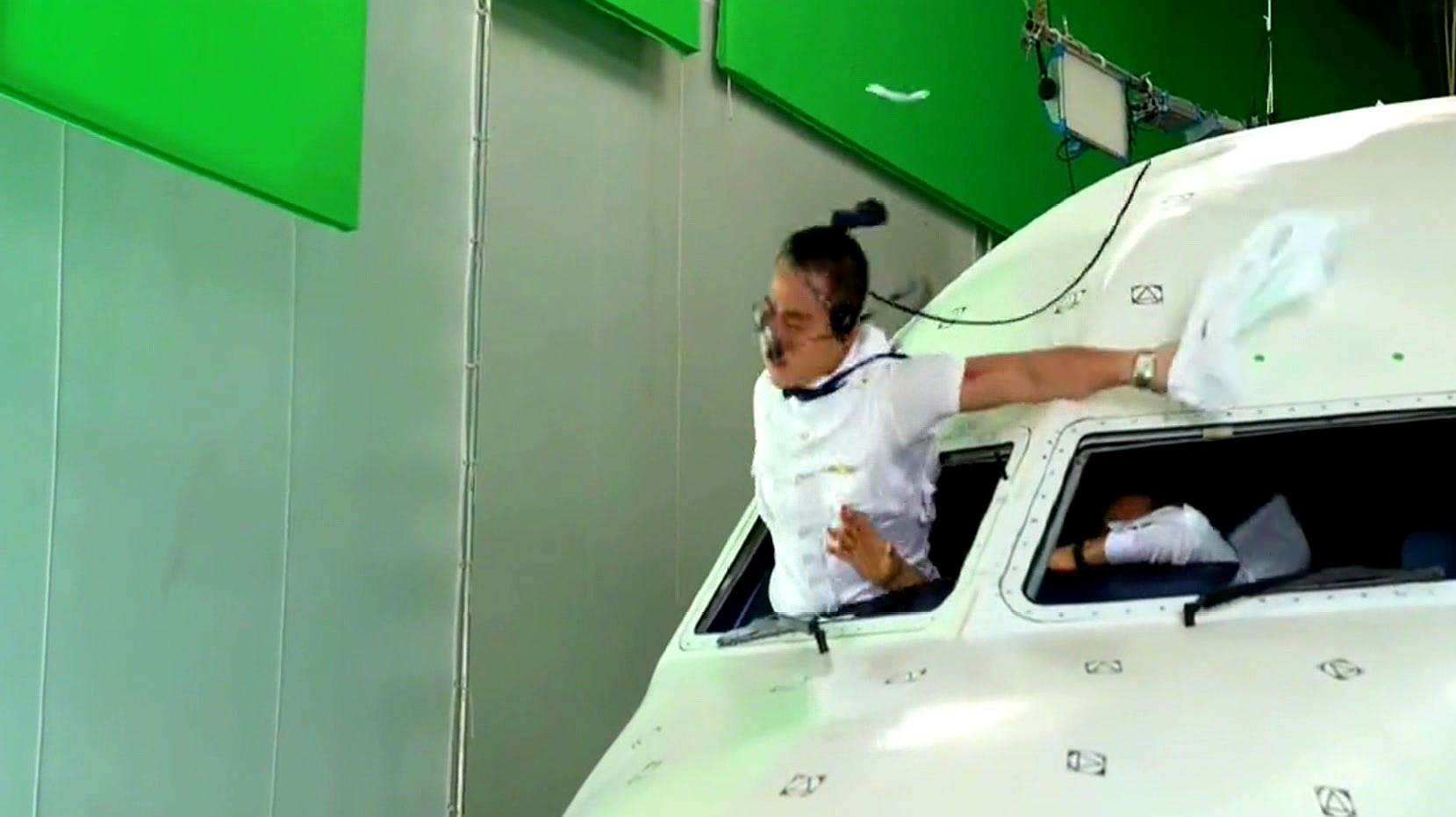 中国机长:原来欧豪飞出驾驶舱一段是这么拍摄的,100%真实还原
