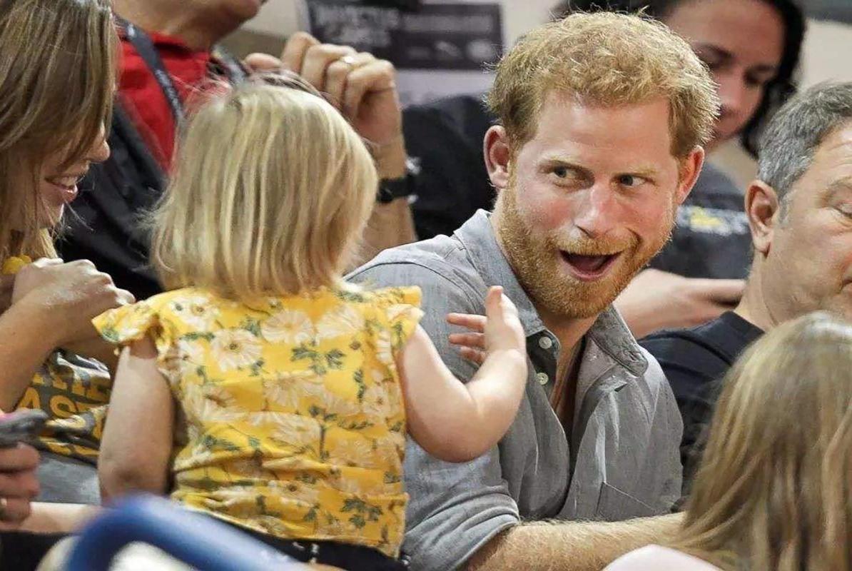 """小萝莉""""偷吃""""哈里王子爆米花,被发现后很淡定,背后故事感人"""