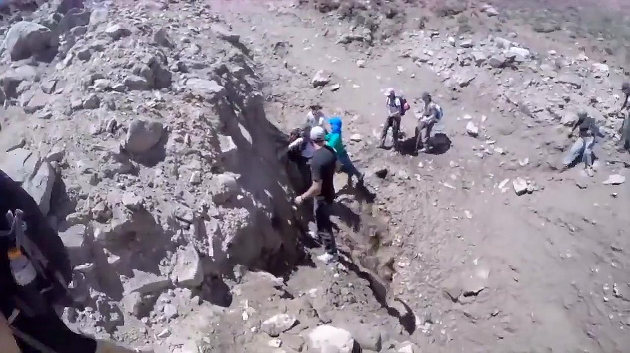 登山队员路过小溪,突遇泥石流来袭,队员们慌忙逃避!