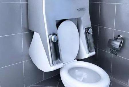 第一次见洗衣机装马桶上,废水直接冲马桶,又不占空间,太聪明了