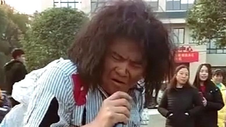 这个流浪歌手一开口,我就知道经历不一般,不信你们来听听