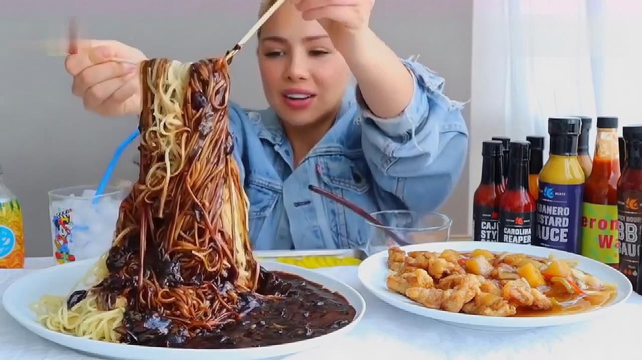 外国美女吃播火鸡面和脆皮猪肉,大口大口的吃,吃相真是不一般!