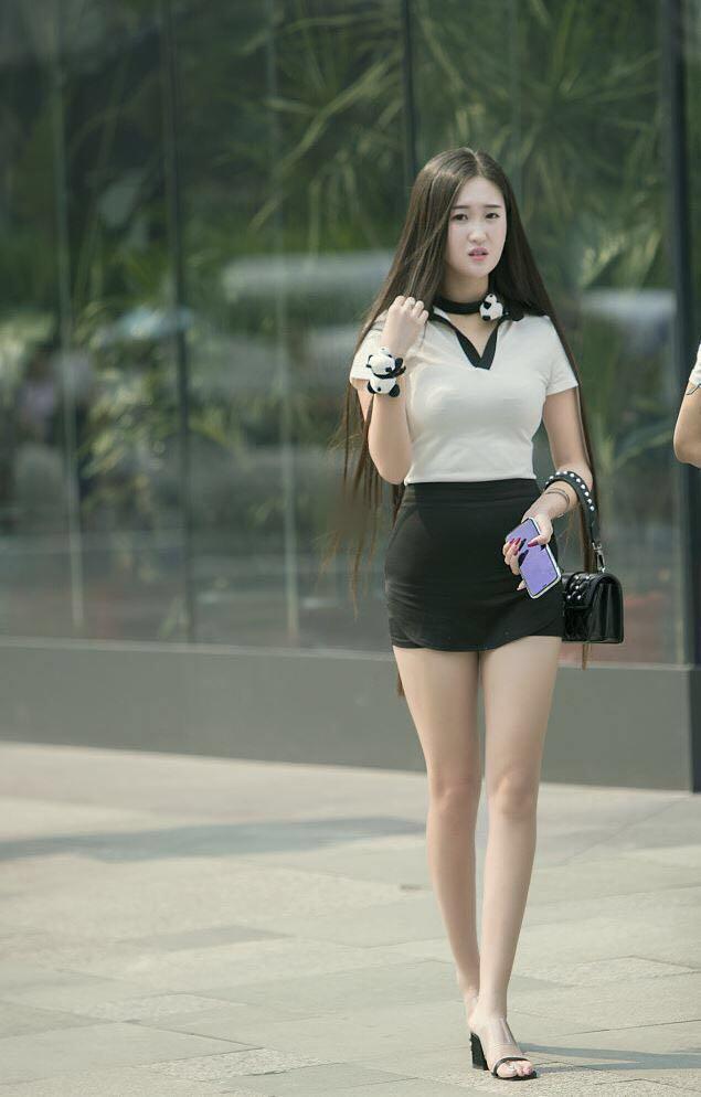 时尚街拍:长发美女的这身搭配看起来很干练,性感又时尚