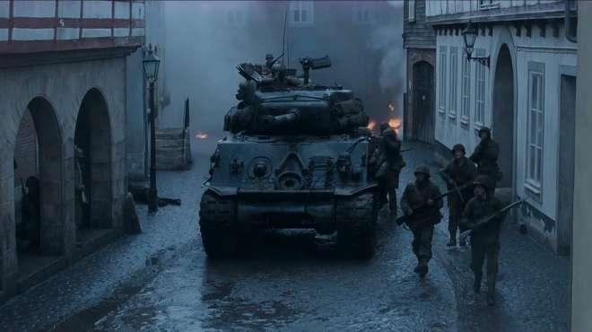 有坦克就是不一样,军队在小镇遇到伏击,用坦克击败对手
