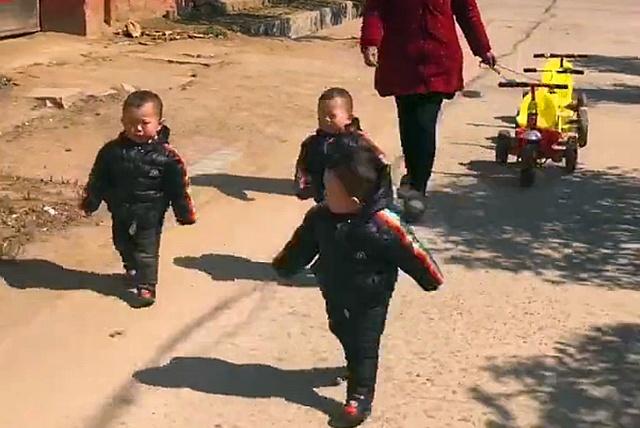 奶奶让三胞胎坐车,宝宝们非要自己走,网友:奶奶太辛苦了