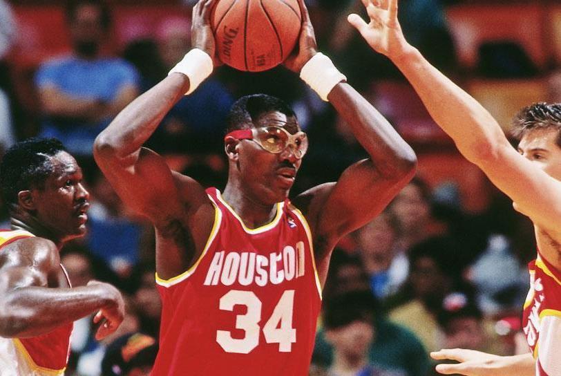 奥拉朱旺季后赛单场篮板纪录26个,邓肯单场最高25个,那奥尼尔呢