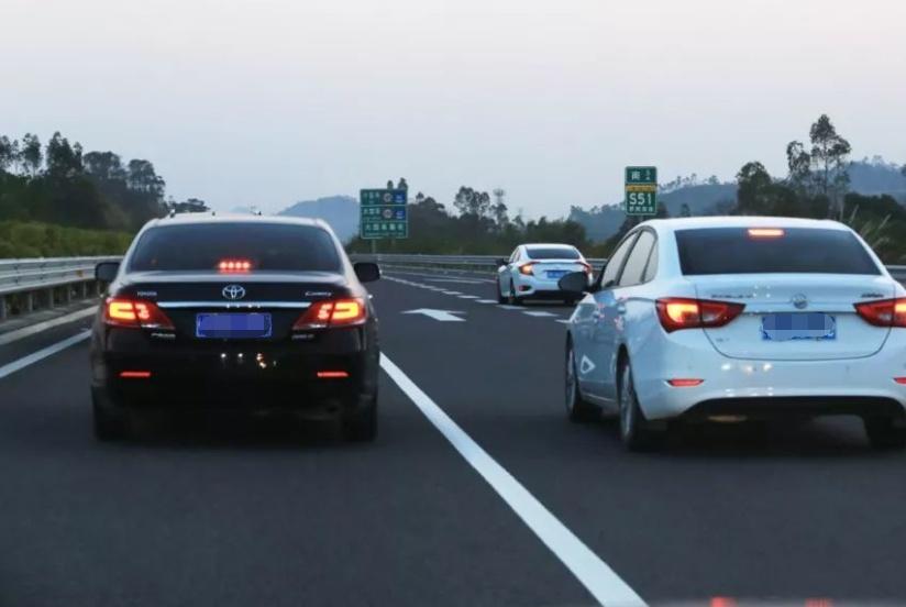 """""""白色汽车""""和""""黑色汽车""""有何差距?简单对比,车友:买错车了"""