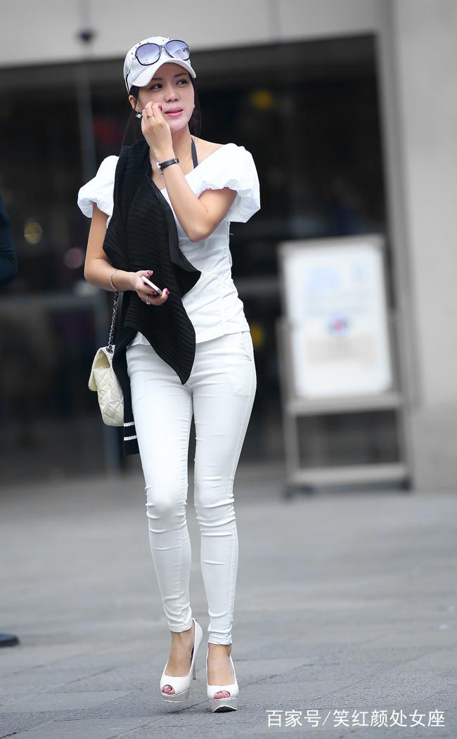 白色紧身裤视频_街拍:美女一身白色装,紧身裤更显魔鬼身材,颜值爆表