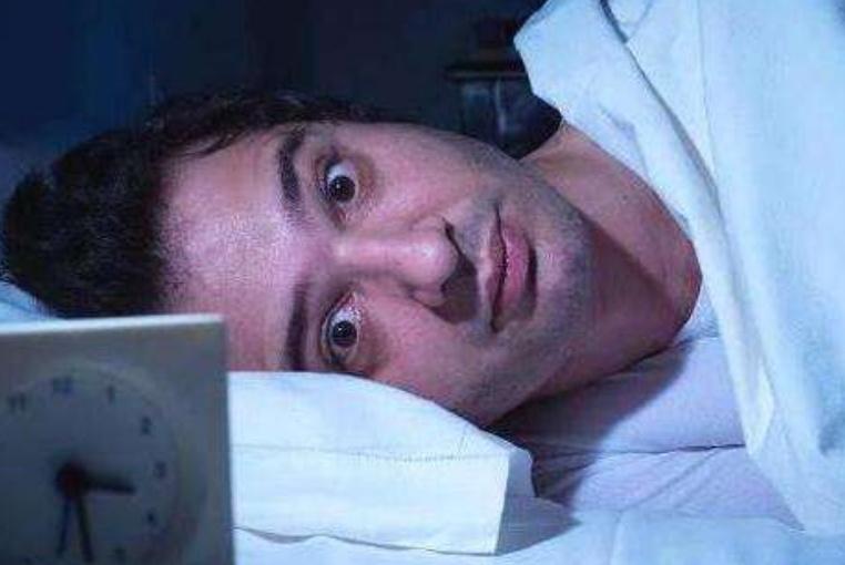一到凌晨3、4点就醒,醒了无法入睡是咋回事?或许和4种疾病有关