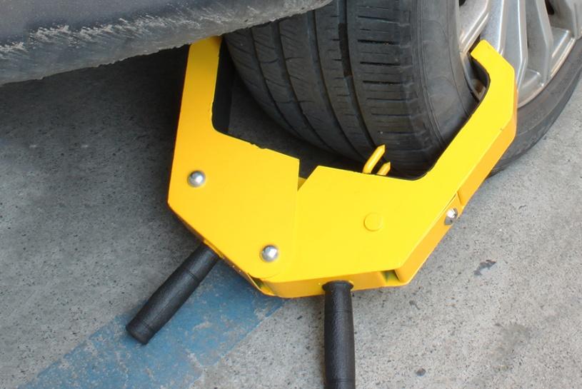 汽车轮胎被人锁住了咋整?老司机教大家用这招,车友:特别实用!