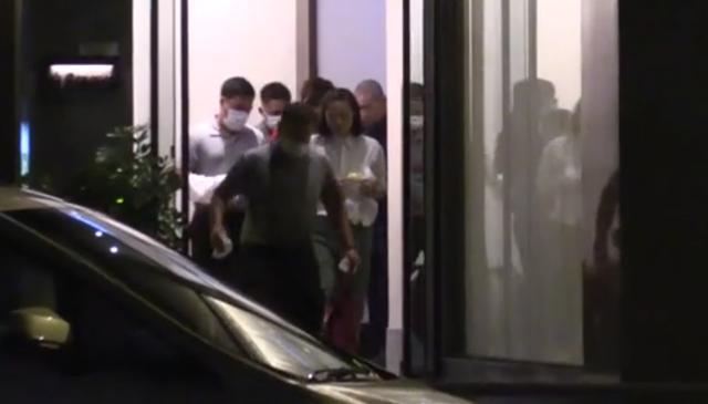 刘銮雄与甘比带孩子聚餐,走下3个台阶也显得很吃力