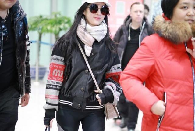 刘亦菲最新机场照:穿紧身裤被吐槽腿太粗,身材颜值陷入低谷?