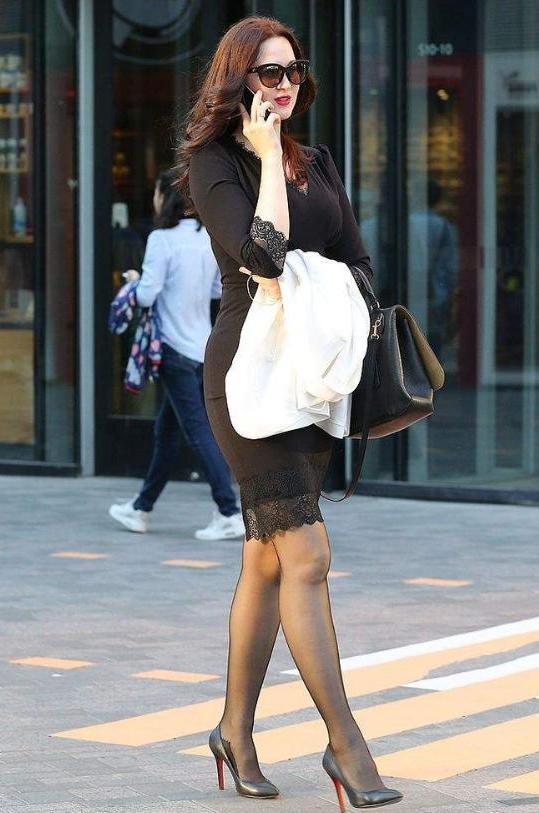 裙搭配_时尚街拍:短裙搭配黑丝袜,脚踩高跟鞋,每一位都彰显出