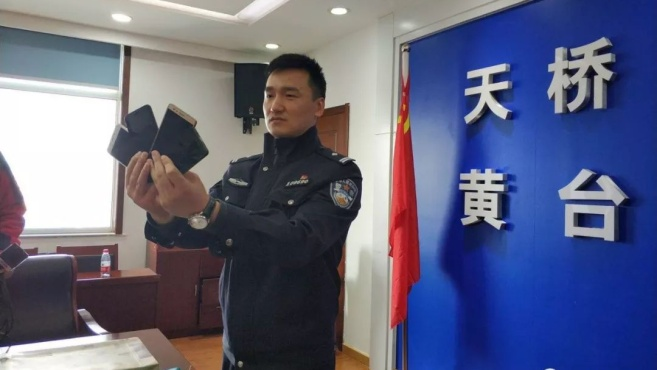 哭笑不得!济南一男子将偷来的手机藏在大明湖东门一棵松树上,原因竟是这