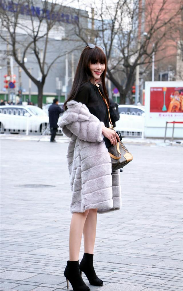 meinuse_街拍:真惊艳,美女黑白色紧身工作装,展现自己绝佳的好