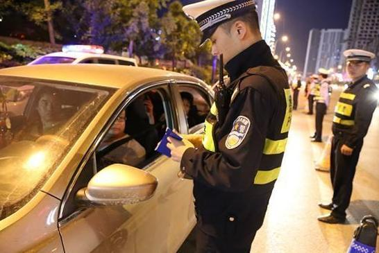 忘带驾照碰到交警查车怎么办?只要学会这一招,交警也只能让你走
