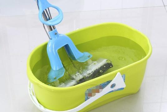 """只要开窗家里就积灰?聪明人在水里加点""""它"""",轻松就把地拖干净"""
