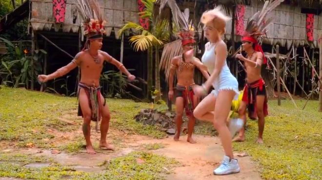 美少女在旅游途中的舞蹈,换了几套衣服啊