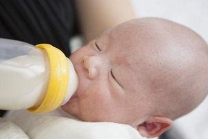 新生儿总是吃不饱?或许是吃饱的3个表现没看到,当心别过度喂养
