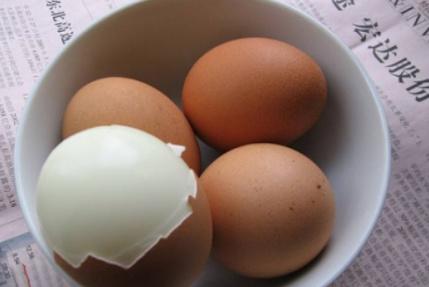 """卖早餐20年的大妈说:煮鸡蛋加盐就错了,加点它,壳""""一碰就掉"""""""