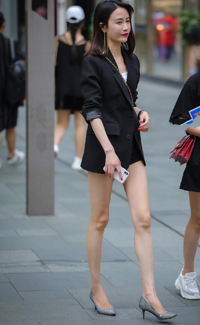 街拍:从这个角度看,小西装外套与大长腿的碰撞,长腿太