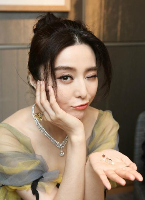 范冰冰:身穿黄色纱裙性感妩媚,调皮嘟嘴甜美可爱!
