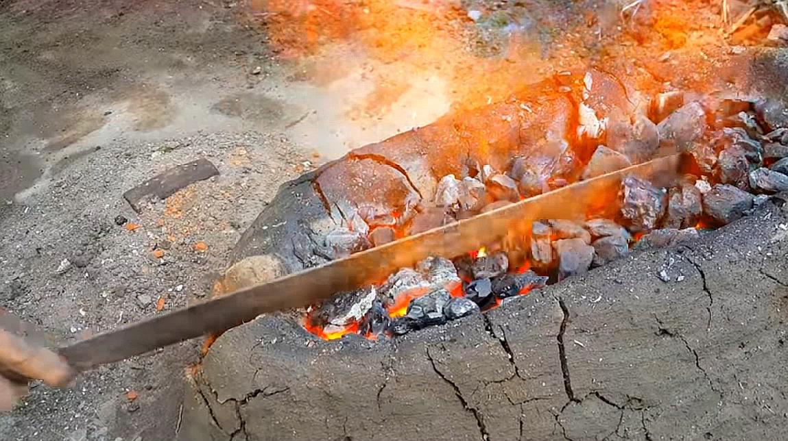 外国牛人改造废铁,让废铁制作成冷兵器,网友:硬核改造技术!
