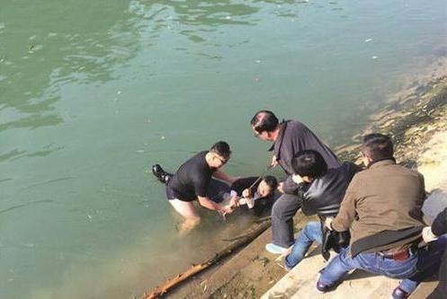 两小孩落水!男子把女儿塞给陌生女子跳入湖中 女儿:爸爸是英雄