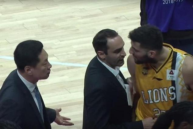CBA赛场罕见一幕!广厦外援怒骂主教练,李春江为何不敢换掉他?