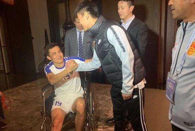 万幸!乌兹队医:韦世豪飞铲未致骨头移位 舒库罗夫只休2个月