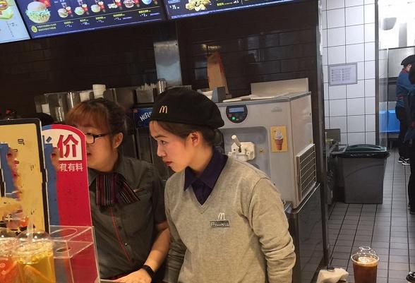 杭州滨江:麦当劳餐厅备餐不佩戴口罩合乎规范吗?