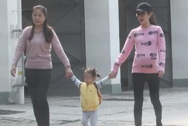 没有郭富城的陪伴,方媛牵女儿散步紧张跟随,萌娃还对镜头打招呼