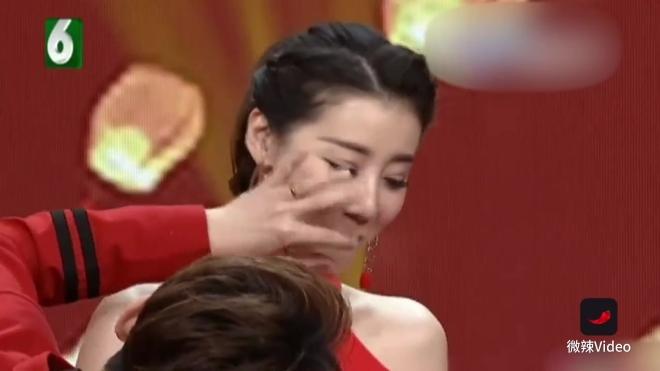 浙江电视台某节目中主持人比赛吃棉花糖,男主持赵阳比赛前曾夸下海口,说自己吃棉花糖