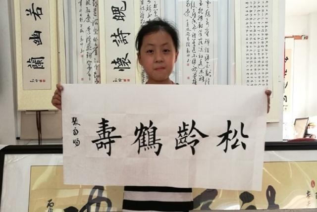 9岁女孩因书法太正规被专家批死板,网友:非要龙飞凤舞吗?