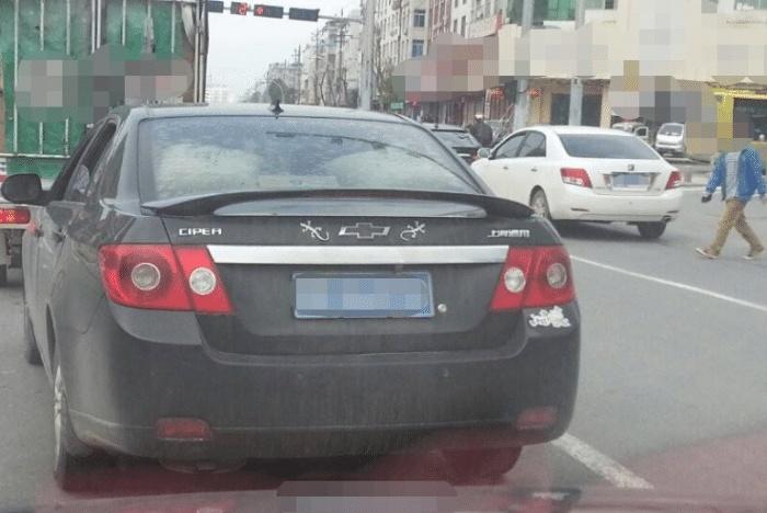 为啥有些车主在车尾贴只壁虎?听完老司机的解释,新手也想贴一只