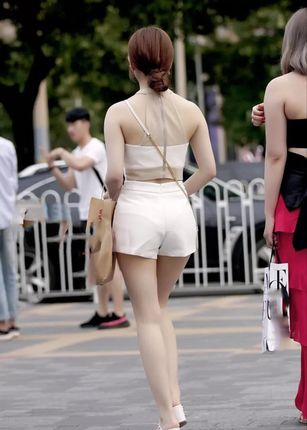 哪里看性感美女_街拍:身材窈窕,穿搭性感的美女,背影看上去很撩人