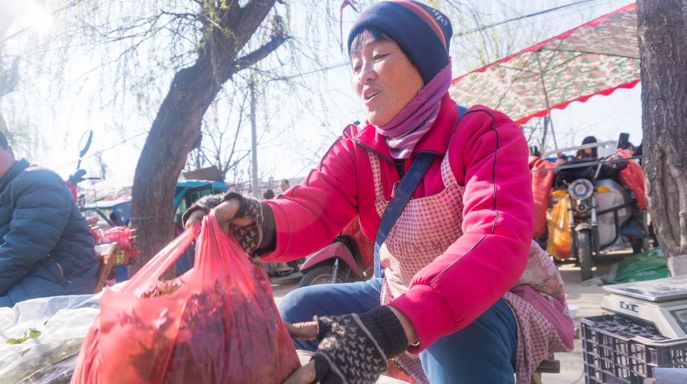 城里早市上野菜摆满地,许多人争着买,为什么农民吃不起?